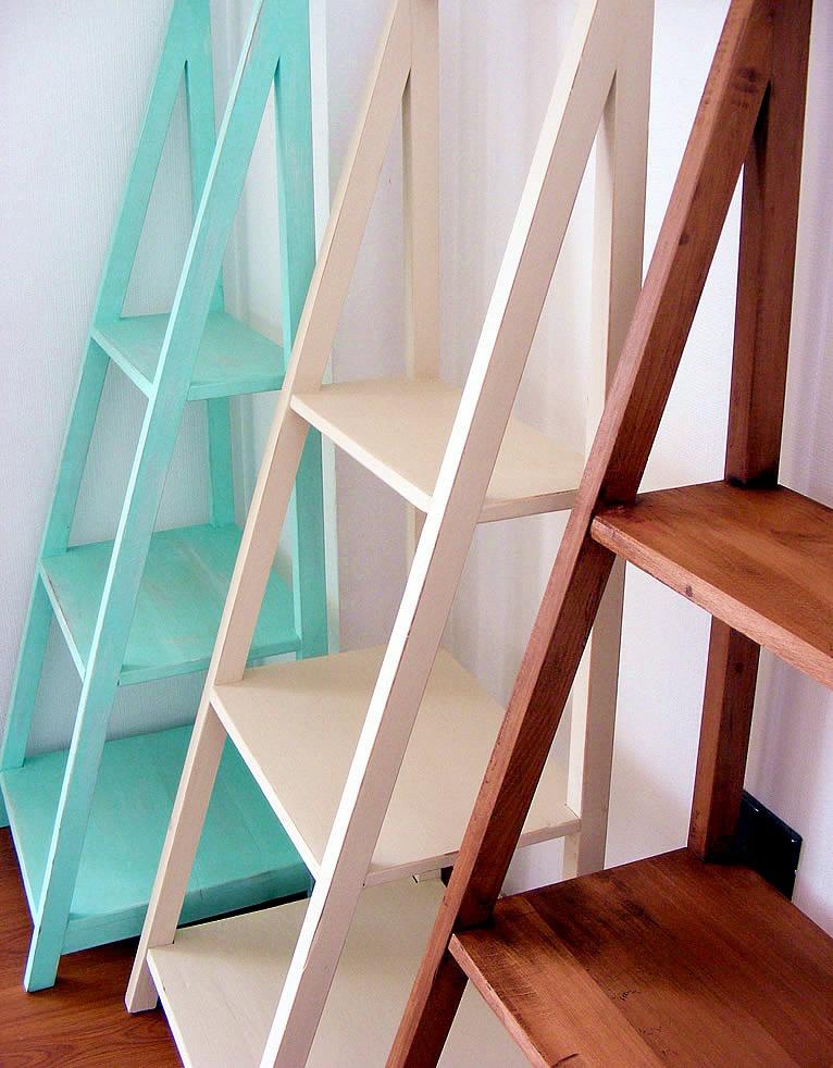 Repisas de madera con forma piramidal en for Repisas para escaleras
